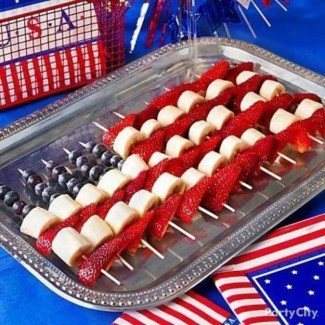 25-Ways-To-Have-The-Most-Patriotic-4th-Of-July-Party-Strawberries-Bananas-and-Blueberries-On-A-Stick
